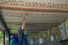 Зеро инспектира подовте настилки по тавана...